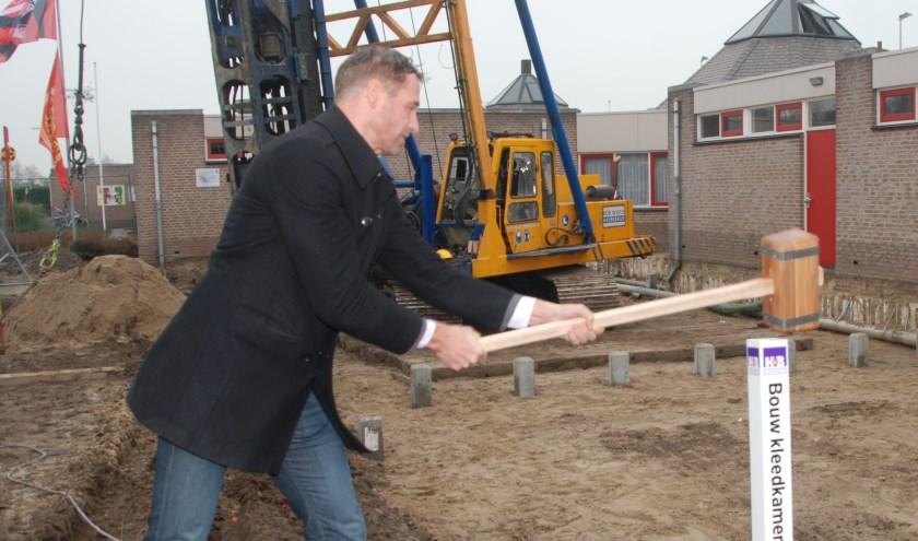 Wethouder Bas Brekelmans slaat de eerste paal bij de aanbouw van de nieuwe kleedkamers. | Foto: Piet van Kampen