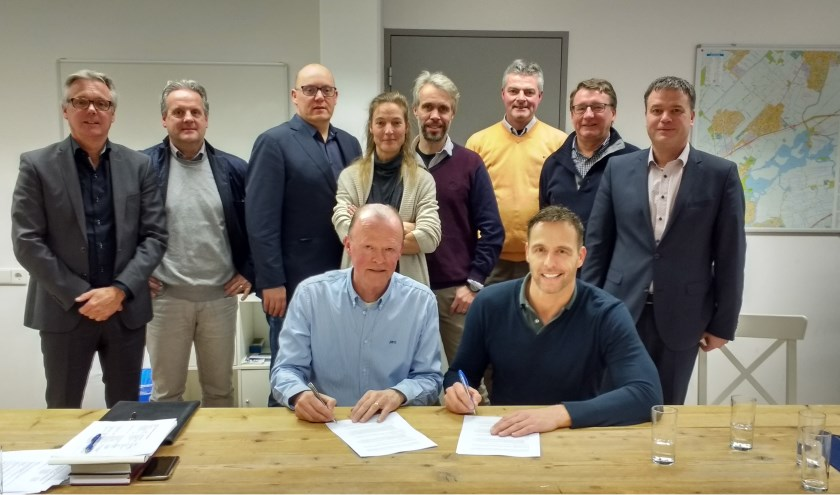 Naast wethouder Brekelmans en voorzitter Frans Heemskerk, zijn het voltallige bestuur van de stichting, de  werkgroep Uitwerking Visie Detailhandel en de citymanager zijn aanwezig bij de ondertekening. | Foto: pr.