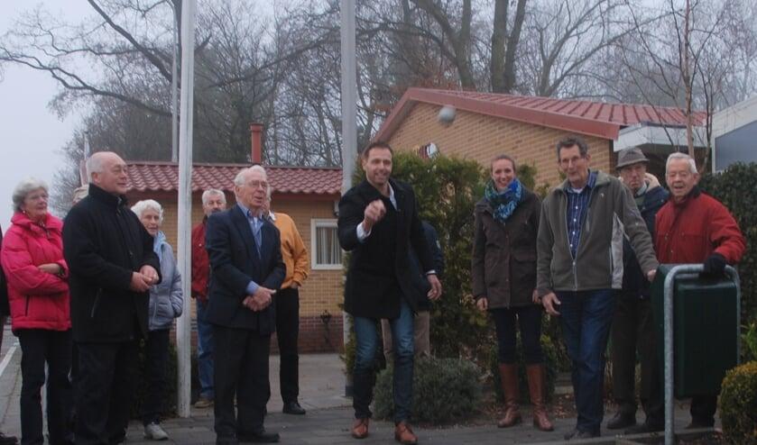 Wethouder Bas Brekelmans mag de derde jeu de boulesbaan openen. | Foto: Piet van Kampen