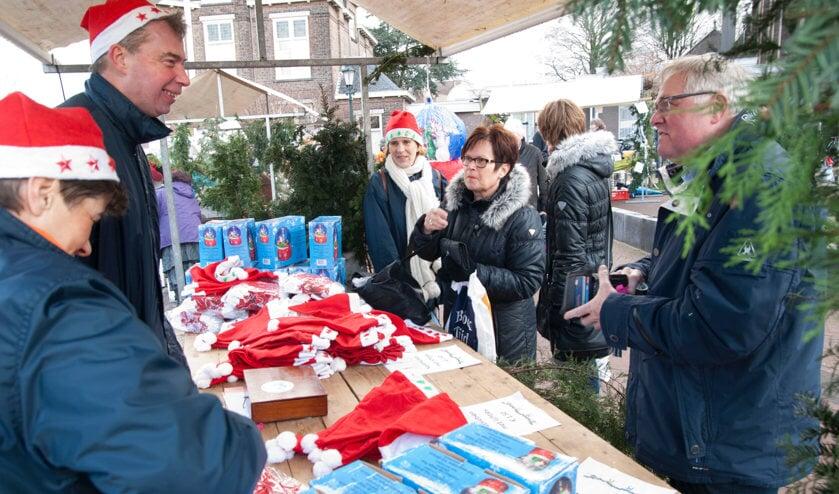 De jaarlijkse kerstmarkt brengt bezoekers ieder jaar weer in de kerstsfeer.   Foto: archief