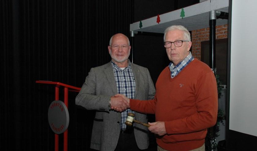 Jos Gerrese (links) droeg de voorzittershamer over aan Bob Reidsma.