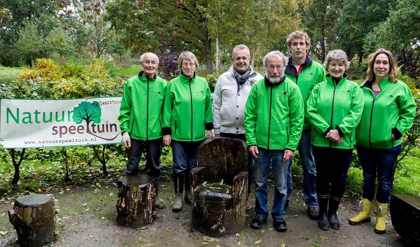 De vrijwilligers van de natuurspeeltuin met - in wit jack - heer de Geus van de Rabobank Leiden-Katwijk. | Foto: J.P. Kranenburg
