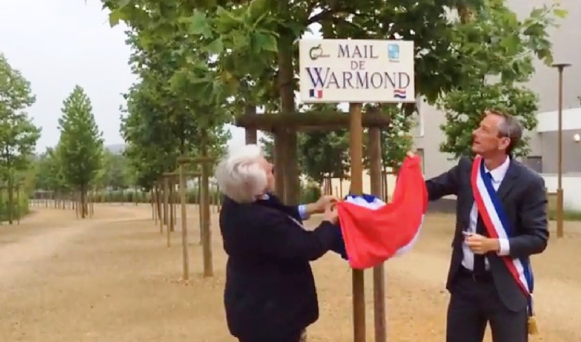In 2014 onthult toenmalig burgemeester Van der Stoel (l) samen met haar collega Paul Jeanneteau het bord 'Mail de Warmond' in Champigné. | Foto: Stichting Jumelage Warmond