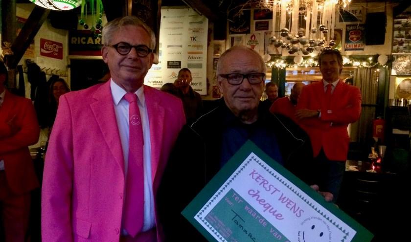 Guido ten Hengel van de Vrienden van het Oude Dorp (links) overhandigde de cheque aan Piet de Vogel van Tamarco.   Foto: PR