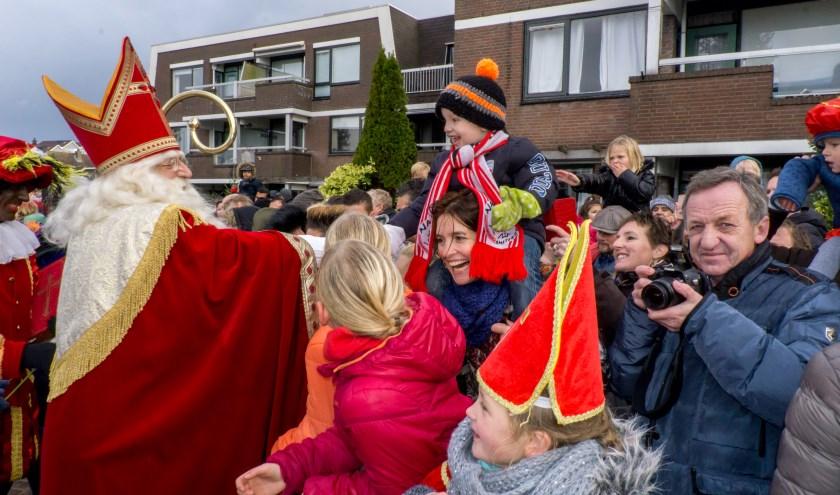 Sinterklaas schudde veel, heel veel kinderhandjes. | Foto: J.P. Kranenburg