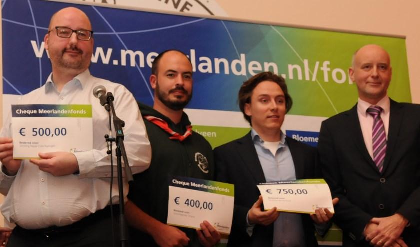 De drie vertegenwoordigers uit Teylingen met hun cheque, overhandigd door wethouder Arno van Kempen.   Foto: pr.