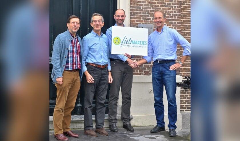 Bestuur van de Stichting Fietsmaatjes Leiden-Leiderdorp met de notaris Staand v.l.n.r. Wim Schellekens, Willem van Schie, notaris Michael de Vries en Ben Crul | Foto: PR