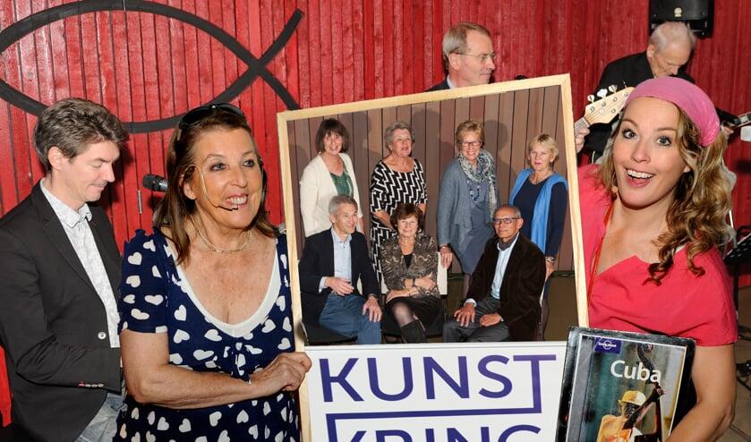 Actrices Aukelien en Sophie met een foto van het Kunstkring bestuur.   Foto: Pieter Sleeboom