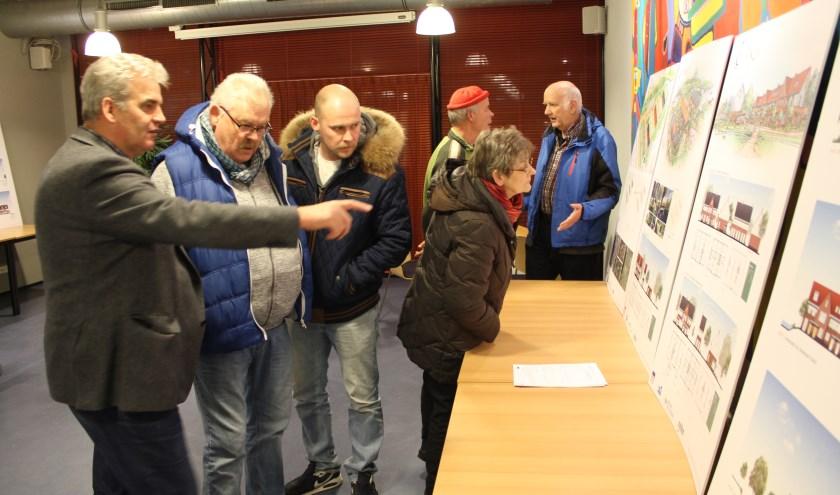 Bij de panelen bloeiden geanimeerde gesprekken op onder de bezoekers over het plan voor de bebouwing van de gemeentewerf. | Foto: Nico Kuyt