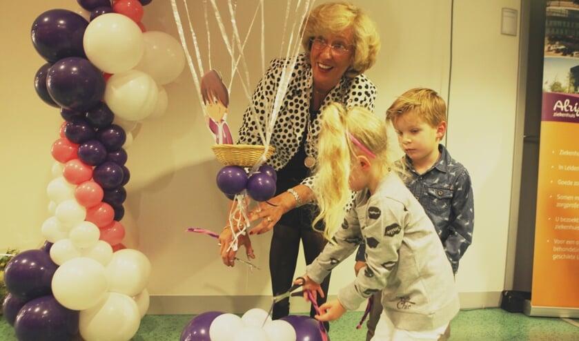 Burgemeester LailaDriessen werd bij de opening van het Moeder- en Kindcentrum geassisteerd door Charlotte (4) en Thijmen (4).   Foto: PR