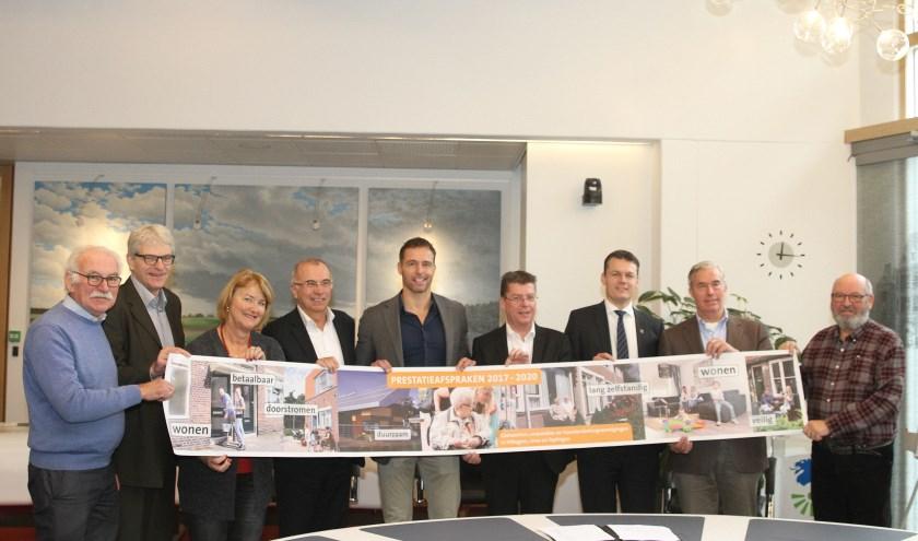Wethouders en corporaties uit Teylingen, Lisse en Hillegom tekenen een prestatieovereenkomst.   Foto: Arie in 't Veld