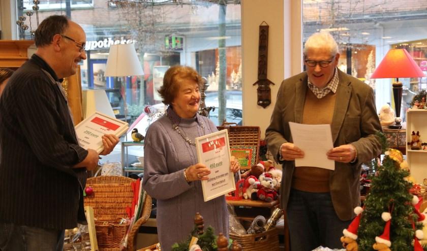 Ems Raijmans (m), bestuurslid van de Stichting Vrienden van het Overbosch, ontvangt de cheque van Kringloopwinkel Opnieuw. | Foto: pr.