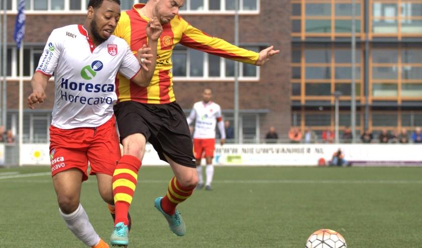 Ruperto Dorothea in duel met Mitchel Kappenberg van Ter Leede. | Foto: Ron van der Linden