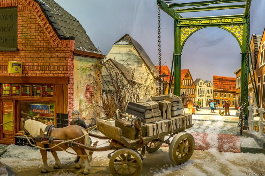 Een miniatuur Doesbrug kan natuurlijk niet ontbreken in de straat met Doeskwartierwinkeltjes.   Foto: J.P. Kranenburg   © uitgeverij Verhagen