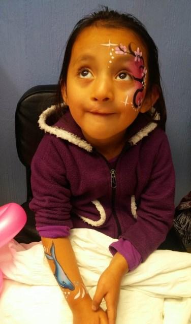 Door de kinderen te schminken leidt Nienke Berkhoudt ze af van angst en pijn.   Foto: PR