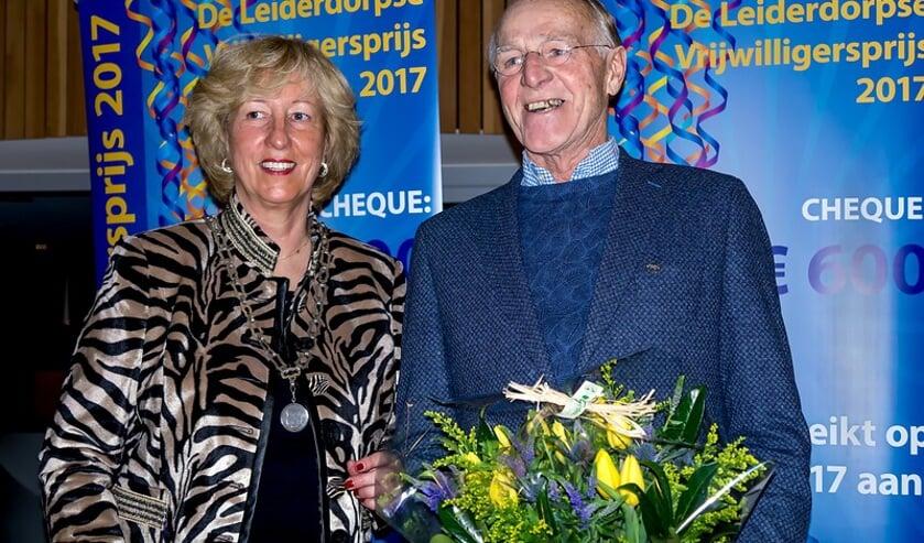 Burgemeester Driessen overhandigde Piet van Leeuwen de Zilveren Speld plus een bos bloemen. | Foto:J.P. Kranenburg