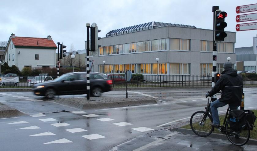 'Het is niet ondenkbaar dat sommige fietsers tegen de richting in naar Sassenheim fietsen om deze kruising aan de Rijksstraatweg te vermijden.'   Foto: Nico Kuyt