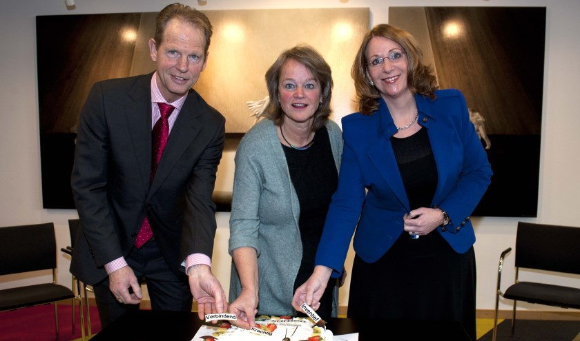 De burgemeesters plaatsen de drie kernwaarden van HLT -verbindend, krachtig en inventief- op de taart.   Foto: Willem Krol