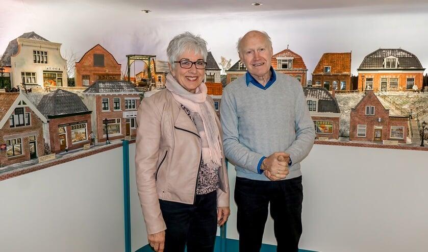 Marianne en Will van Gessel voor de 'straat' met miniatuurwinkeltjes.   Foto: J.P. Kranenburg