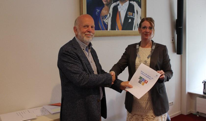 Vice-voorzitter Verdegaal overhandigde in juli het rekenkamerrapport over de sport- en cultuurregeling aan burgemeester Breuer. | Foto: archief/Nico Kuyt