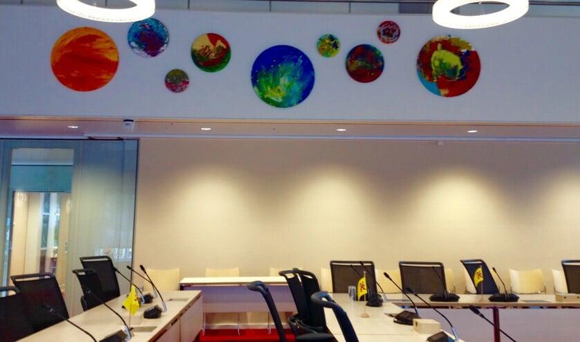 Nieuw kunstwerk in de raadzaal.   Foto: pr.