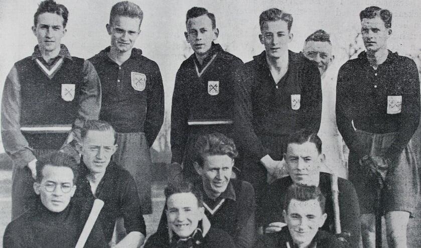 1937. Kampioen promotieklasse. v.l.n.r. Staand: J. Fransse v.d. Putte, C. Hartogh, G.J. Goekoop, H. Stiasny, B. van Haaften. Knielend: B. Jung, N. Janssen Andeweg, B. Zonneville. Zittend: Haroen, D. van der Scheer, H.A. Lorentz de Haas.