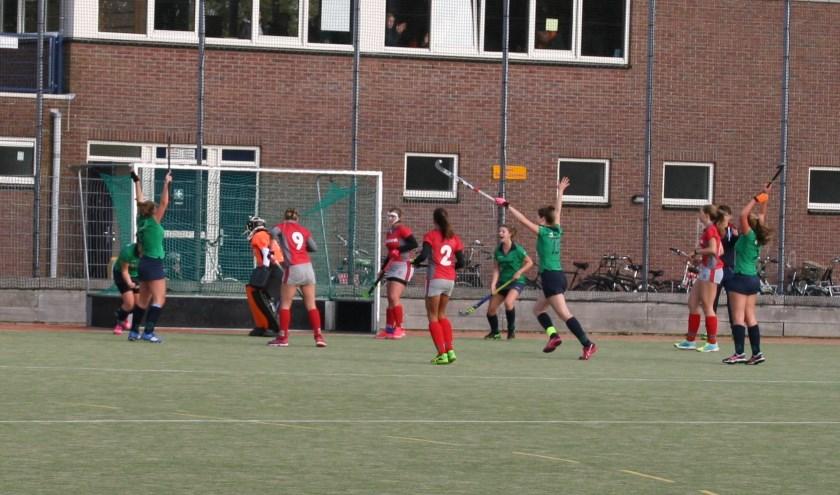 Cassandra Nieuwenhuizen tikt de winnende treffer binnen voor MHC Voorhout. | Foto: pr.