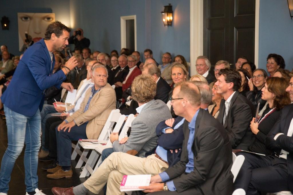 Het symposium in het Koetshuis van Oud-Poelgeest met onder andere Huub van Mackelenbergh. | Foto Wil van Elk Foto: Wil van Elk © uitgeverij Verhagen