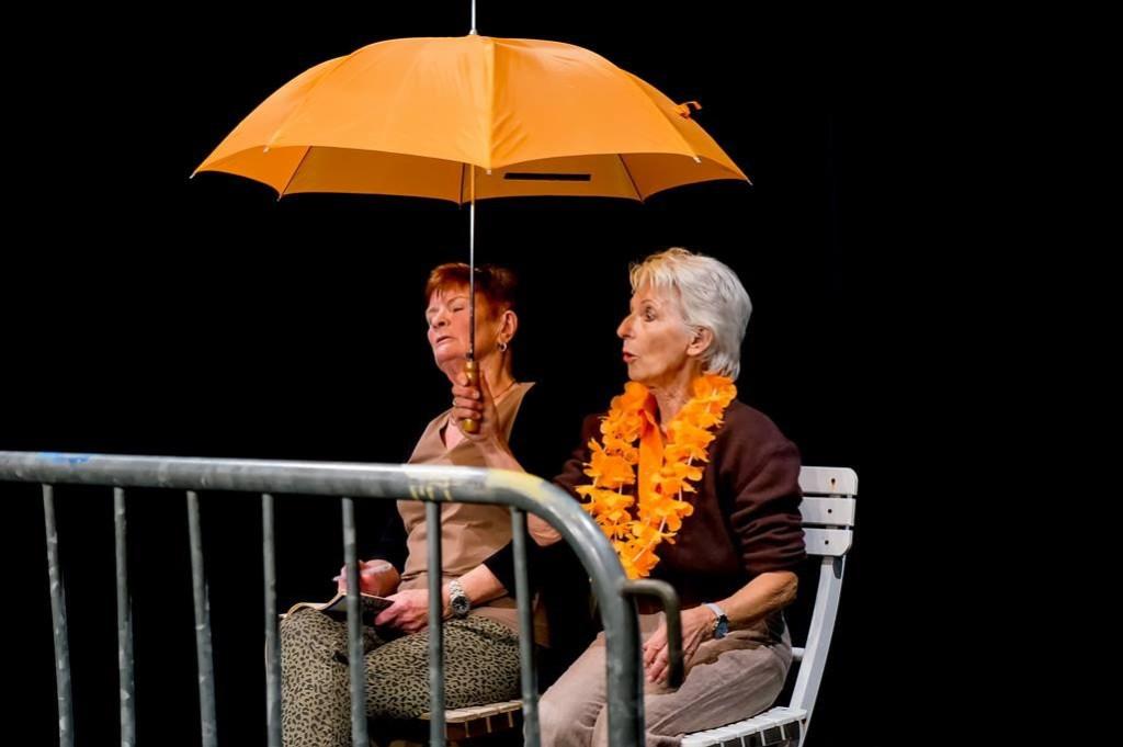 Een scène uit De Koningin, gespeeld door Toverleileden Thea den Hartog (l.) en Saskia van Iterson.    Foto: Johan Kranenburg © uitgeverij Verhagen