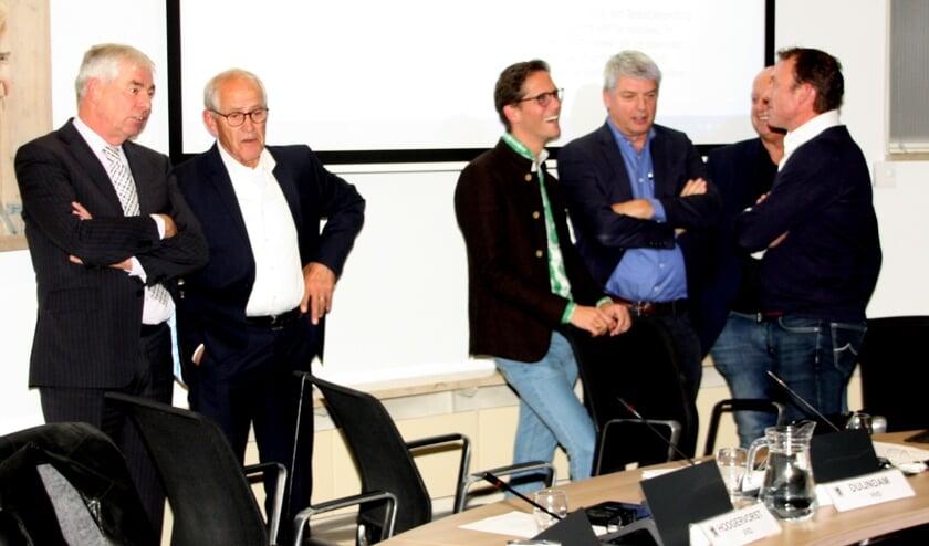 Tijdens een schorsing overlegden de drie oppositiepartijen samen met Arjan van den Akker.   Foto en tekst: Wim Siemerink