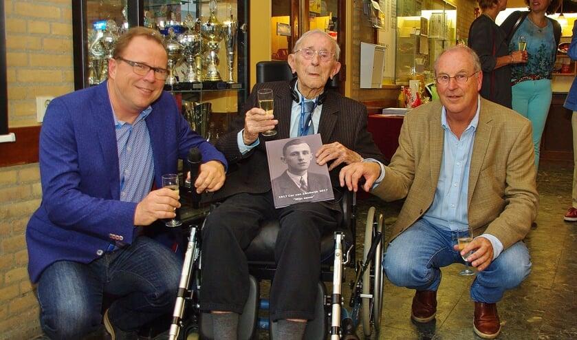 <p>Cor van Zandwijk met twee zonen bij zijn honderdste verjaardag in 2017.   Archieffoto</p>