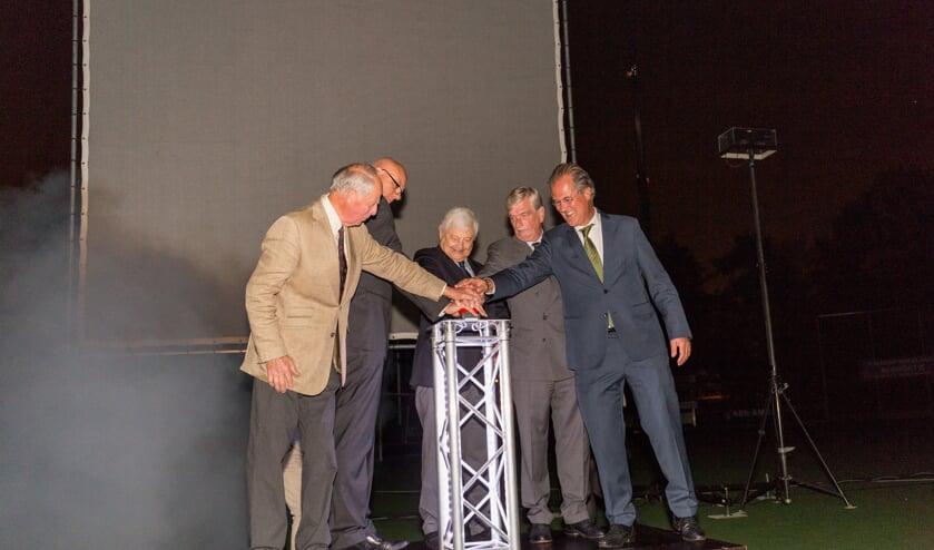 De huidige voorzitter start samen met vier voormalige voorzitters de lasershow. | Foto's Wil van Elk