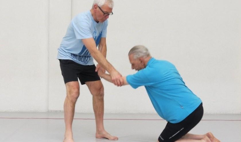 Judoleraar Jan Barends met één van zijn oudste leerlingen (89 jaar). | Foto: pr
