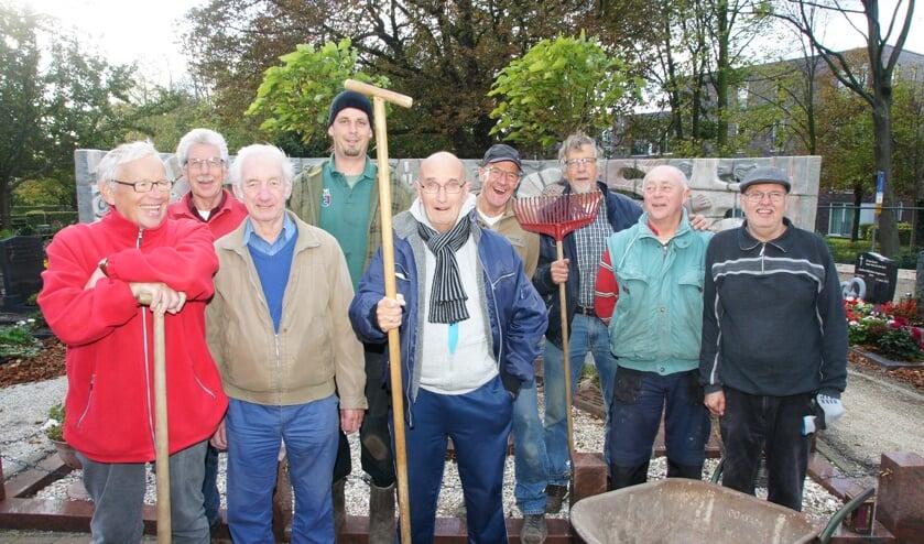 De enthousiaste vrijwilligersgroep van de parochie St.Bartholomeus/Stichting Begraafplaats is op zoek naar nieuwe vrijwilligers. | Foto: pr.