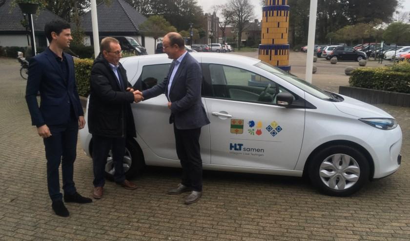 Een 'groene' auto voor HLTSamen. Wethouder Adri de Roon neemt de sleutel in ontvangst.   Foto: pr