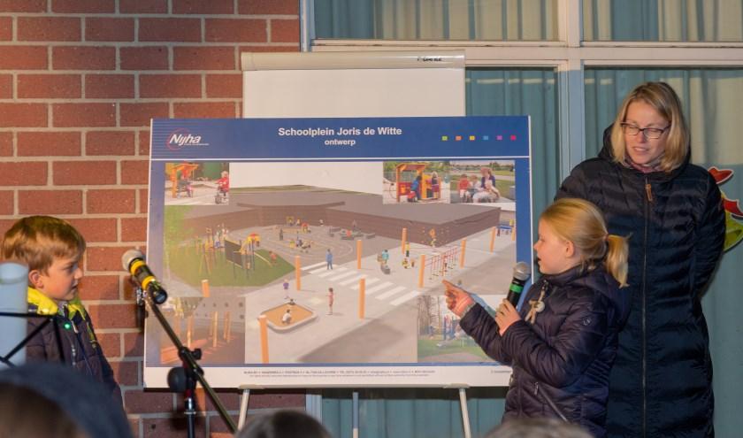 Twee leerlingen onthulden het plan voor een nieuwe inrichting van het schoolplein.   Foto Wil van Elk