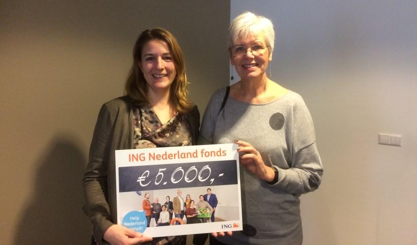 Voorzitter Nicole Middelbosch en Anne Marie Fallon van Lisserbroek SamenMeer blij met de cheque.