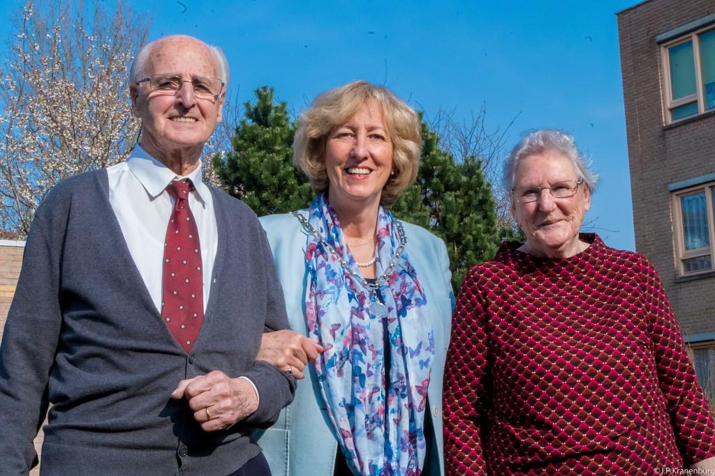 Zestig jaar naar dato komt de burgemeester op bezoek. | Foto: J.P. Kranenburg Foto: PR © uitgeverij Verhagen