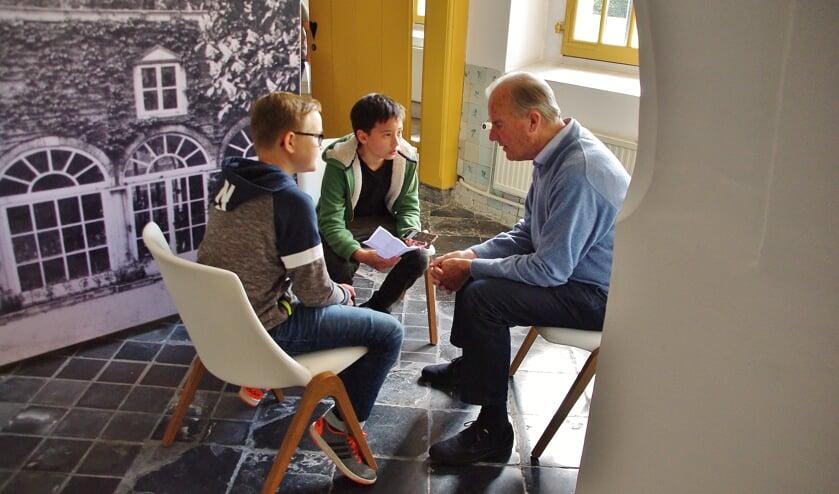 Leerling van de Daltonschool stellen vragen aan een oudere Oegstgeestenaar. | Foto Willemien Timmers