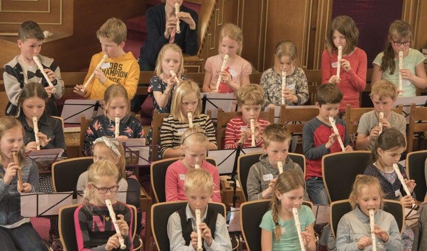 <p>Leerlingen van de basisscholen in Sassenheim spelen mee tijdens het Blokfluitfeest van Crescendo. | Foto: pr.</p>