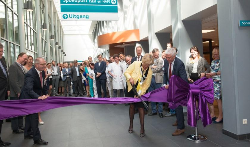Burgemeester Driessen opent de spoedpost met het doorknippen van een lint. | Foto: PR