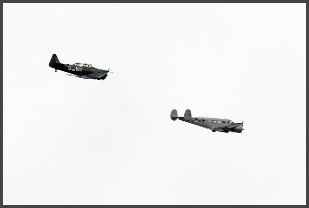 Een Beechcraft D18S en een AT-16 Harvard. Foto: Anko Lubach © uitgeverij Verhagen