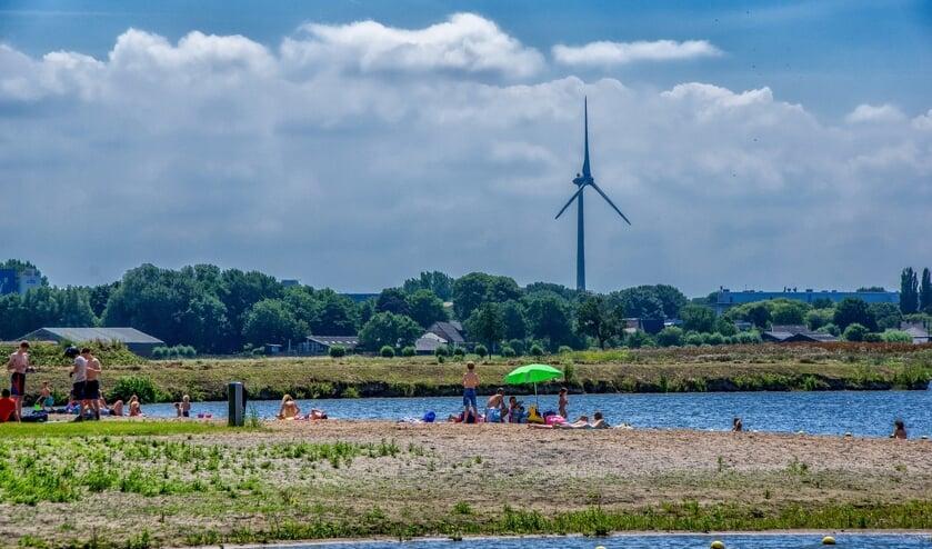 De Vadedoplas, waaraan het Leiderdorpse zwemstrandje ligt, staat in korte verbinding met boezemwater en stroomt zo goed door dat de kans op blauwalg zeer gering is.