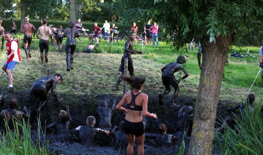 De poldercross is hét modderfestijn van Warmond. Dit jaar is er voor de deelnemers een nieuw parcours. | Foto: pr.