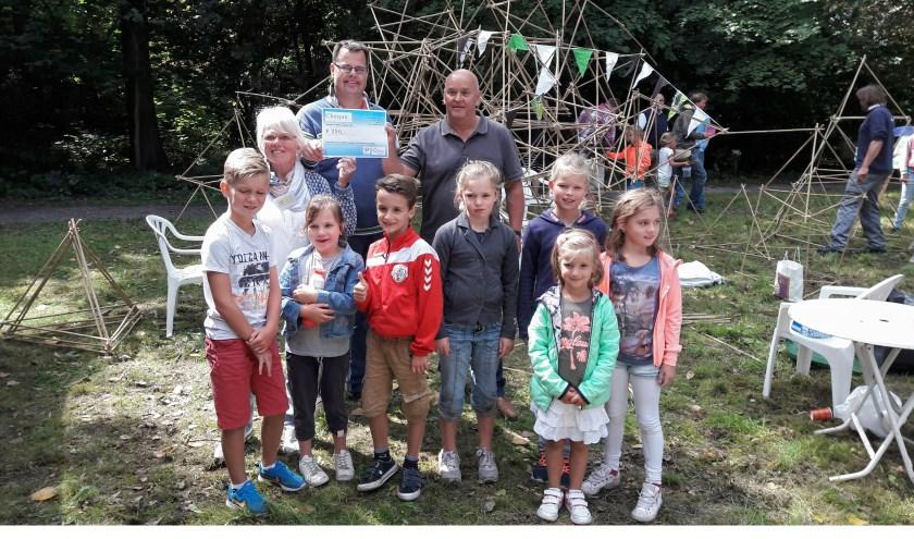 Ineke Laroo en Joep Derksen (m), respectievelijk secretaris en voorzitter van de Stichting Vrienden van het Overbosch, krijgen de Teylinger Prijs uit handen van jurylid Dion Piket (r). | Foto: MV