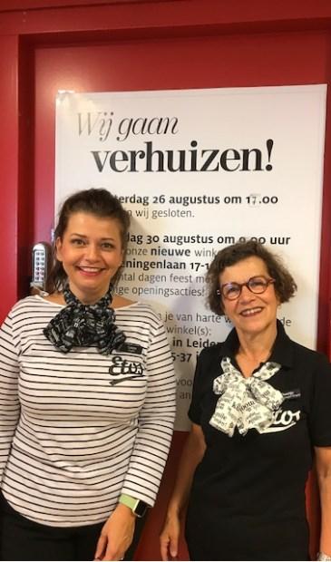 Rechts winkelmanager Doortje van Drie, links medewerkster Laura van Riel.