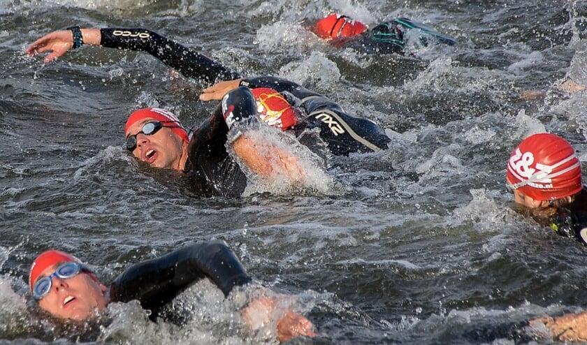 <p>Deelnemers aan Triathlon Leiderdorp in 2017 tijdens het zwemonderdeel in de Zijl.&nbsp;</p>