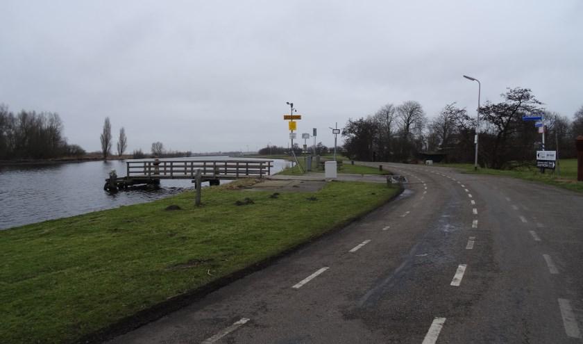 De Zijldijk ter hoogte van het fiets- en voetgangerspontje naar de Merenwijk. | Foto: C. v.d. Laan