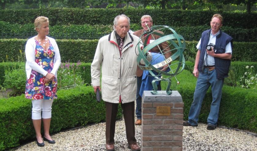 Jan Zuilhof bij de onthulling van de zonnewijzer in 2011.   Foto: pr.