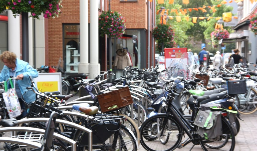 De populariteit van de Kerkstraat levert door de vele fietsen grote problemen op. | Foto: Wim Siemerink